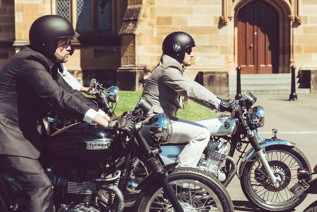 Foto Gentleman con moto