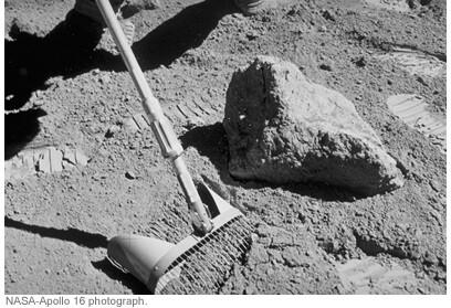 Fotografía tomada durante una recolección de rocas y suelo lunar en la misión Apolo 16.