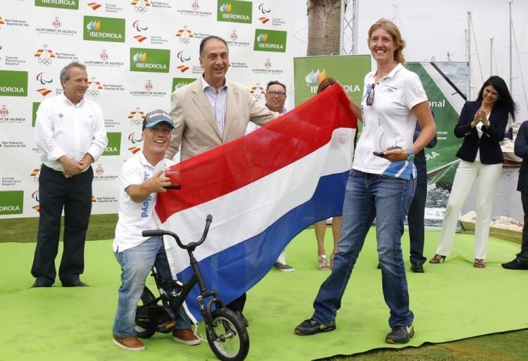 Rolf Schrama y Sandra Nap (Holanda) campeones de Europa de clase SKUD18 con Juan Carlos Valderrama, subdelegado del Gobierno en Valencia