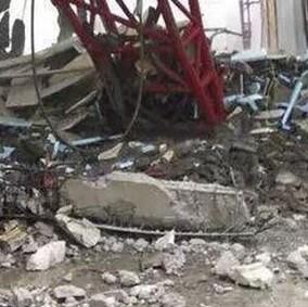 Imagen de la grúa que causó la masacre al romper el techo.