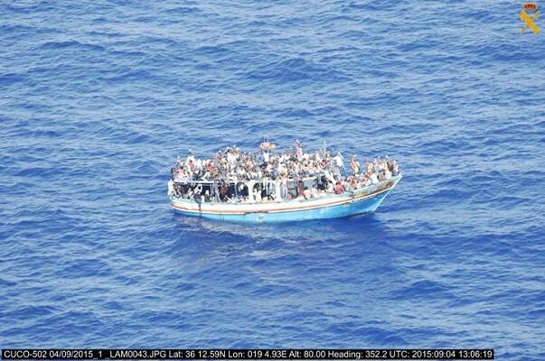 La Guardia Civil localiza una embarcación con 400 inmigrantes en Sicilia.