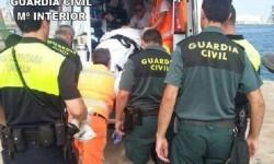 La Guardia Civil rescata a un hombre tras caer al agua en el puerto.