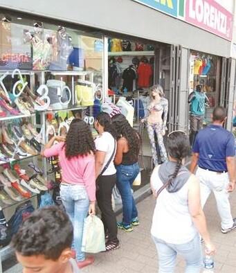 La apertura comercial los domingos no ha supuesto generación de empleo en las grandes superficies.