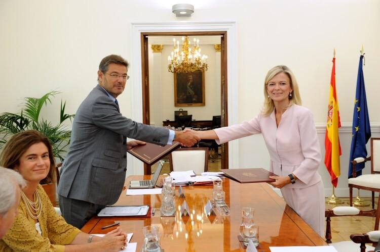 La consellera Bravo y el ministro Catalá firman un acuerdo para invertir 860.000 euros en la mejora de la Justicia valenciana