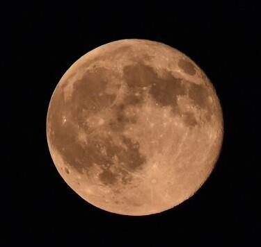 La situación de la cara oculta permite a esa zona estar libre de radiotransmisiones procedentes de la Tierra. En la imagen la cara visible de la Luna.