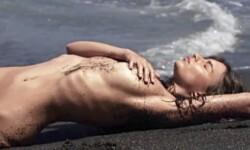 La supermodelo Emily Ratajkowski, cubierta sólo con arena (1)