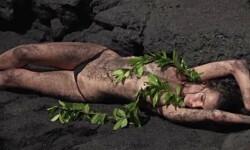 La supermodelo Emily Ratajkowski, cubierta sólo con arena (4)