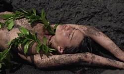 La supermodelo Emily Ratajkowski, cubierta sólo con arena (6)