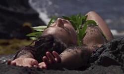 La supermodelo Emily Ratajkowski, cubierta sólo con arena (8)