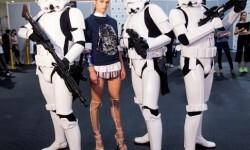 Los Soldados Imperiales han custodiado a las modelos y los diseñadores en el backstage del desfile (5)