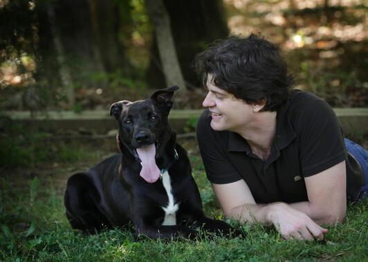 El investigador Brian Hare junto a su perro Tasmania. / Vanessa Woods
