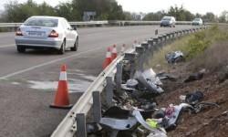 GRA040 ALCALÁ DE XIVERT (CASTELLÓN), 15/08/2014.- Restos del accidente ocurrido esta madrugada en el término municipal de Alcalá de Xivert (Castellón) al chocar un turismo contra un camión, en el que han muerto los cinco ocupantes del coche. EFE/Domenech Castelló