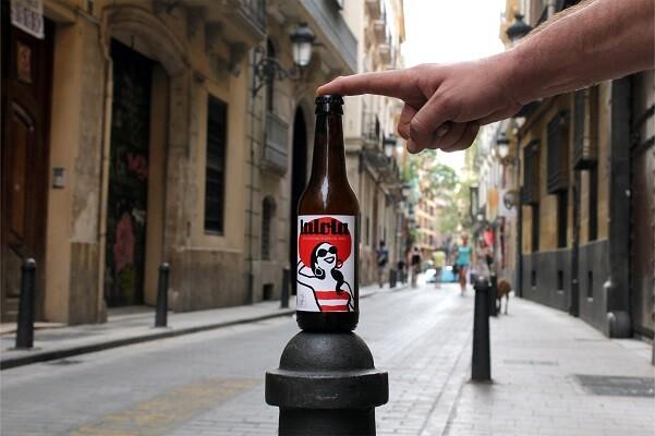 Nace la primera cerveza homenaje al barrio del Carmen, con el diseño de Paco Roca.