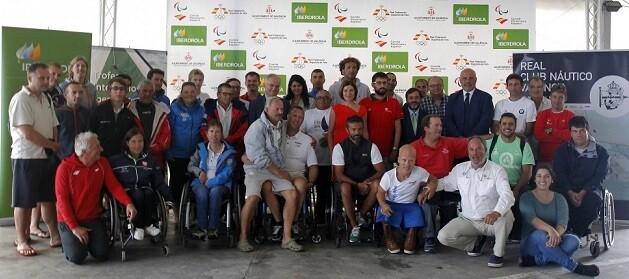 Organizadores y participantes en una foto en grupo.