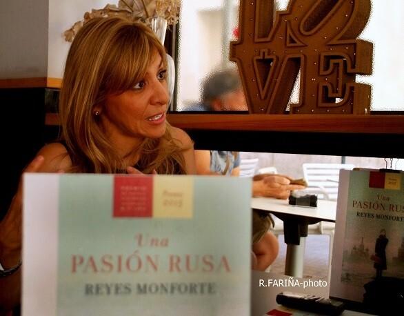 Reyes Monforte Monforte habla con pasión al comentar los aspectos de la vida de Lina Codina. (Foto-R.Fariña-Valencia Noticias).