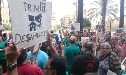 Un centenar de personas mostraron su total apoyo a Rosa para evitar su desahucio. (Foto-Valencia Noticias).