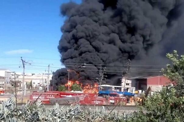 Un incendio en el polígono de Fuente del Jarro obliga a evacuar a cuatro trabajadores.