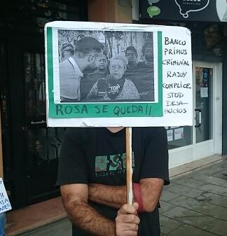 Un vecino muestra su apoyo a Rosa. (Foto-Valencia Noticias).