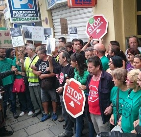Vecinos y miembros de PAH Valencia ante la puerta del inmueble. (Foto-Valencia Noticias).