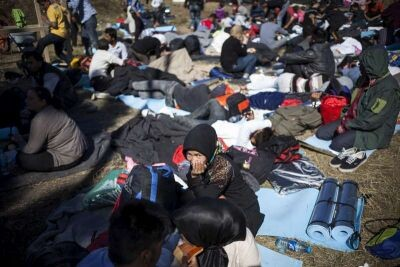© UNHCR/I.Pavicevic.- Refugiados e inmigrantes descansan en un centro de tránsito croata, cerca de la frontera serbia