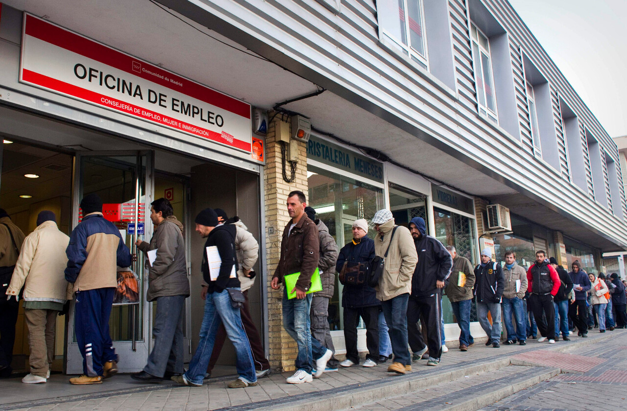 People queue outside an unemployment registry office in Madrid on Thursday, Dec. 2, 2010.  En la foto oficina del INEM