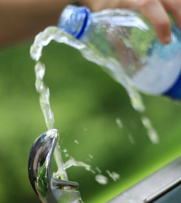 Los expertos coinciden en que el mayor riesgo para la salud asociado a la reutilización de las botellas de plástico es microbiológico.