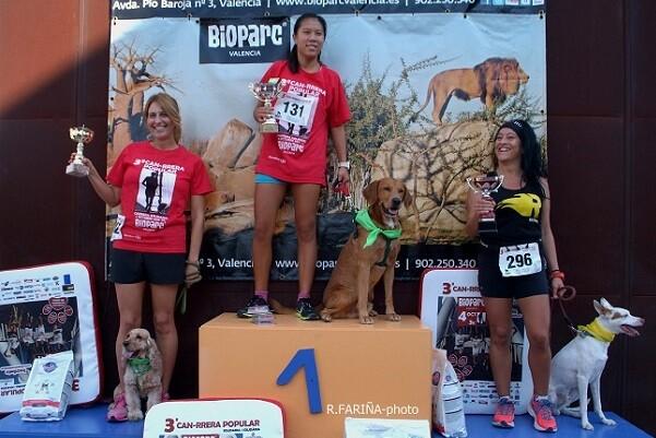 900 personas participaron con sus perros en la 'Can-rrera solidaria'.