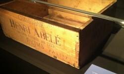 Aparece una caja original de champagne que se sirvió en el Titanic.