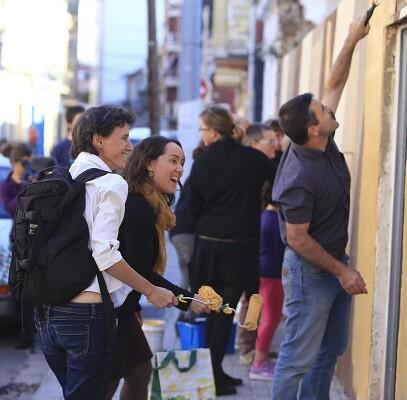 Decenas de vecinos del popular barrio pusieron nuevos colores a las paredes de los muros. (Foto-Manuel Molines).
