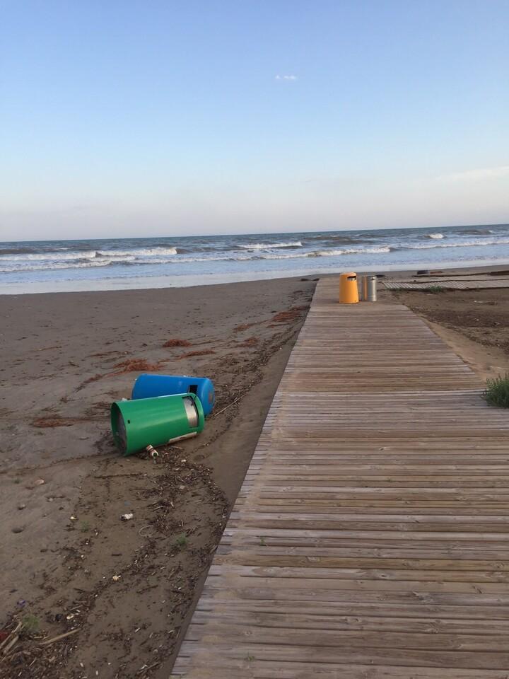 Destrozos playa (2)