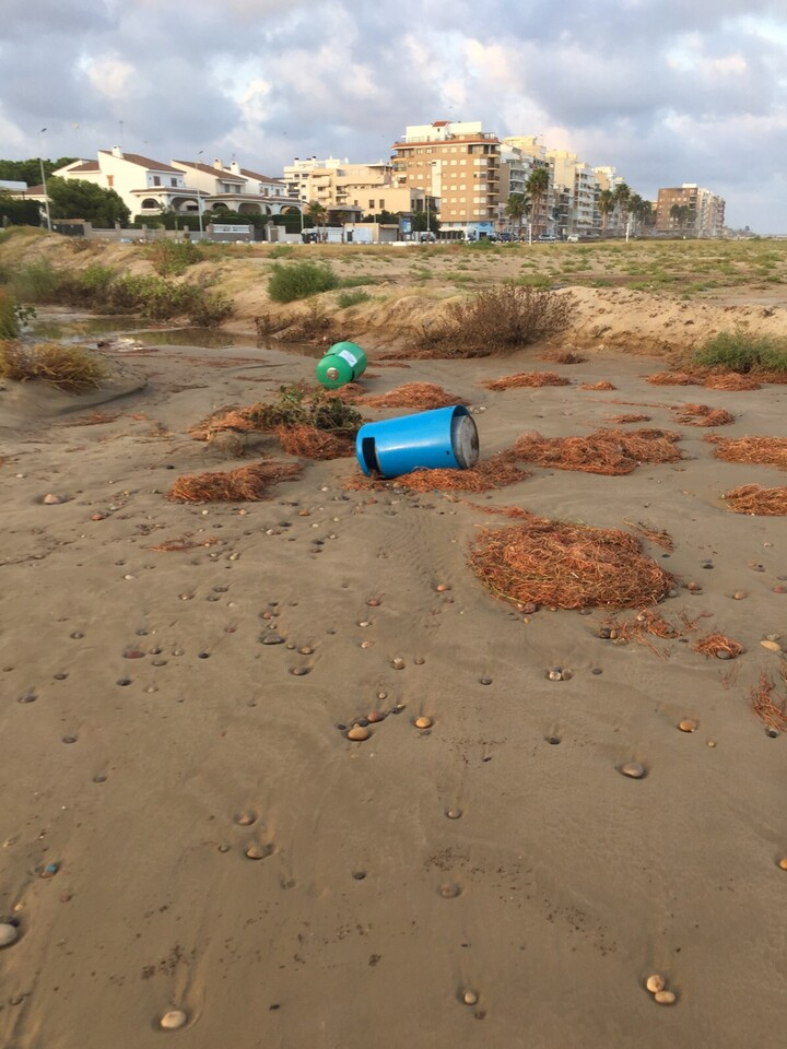 Destrozos playa (3)