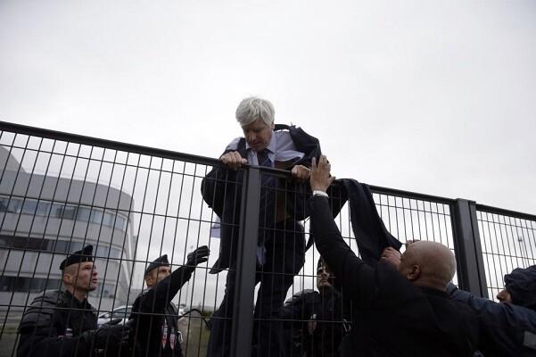 Detienen a cinco empleados de Air France por agredir a varios directivos de la empresa.