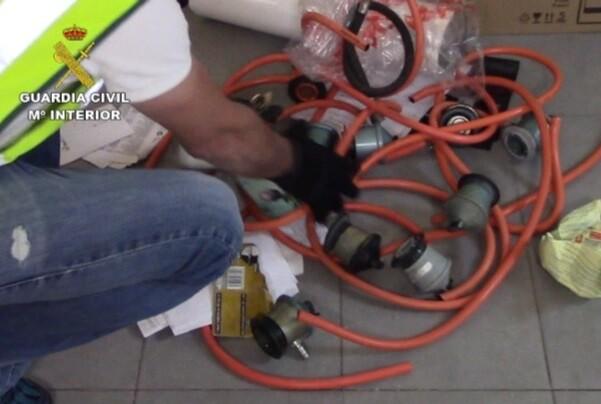 Detienen a dos personas por estafas con contratos de agua, luz y gas en Valencia.