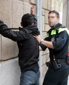El detenido explicó que no era el morador de la vivienda.