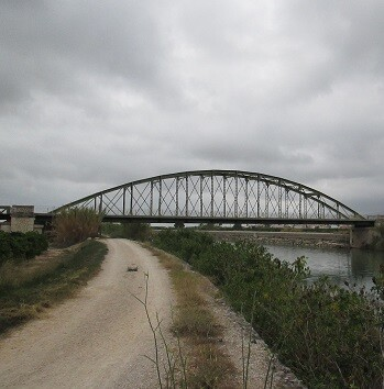 El vell pont sobre el riu Xúquer està tancat des que en 2010 s'inaugurara el nou.