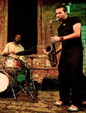 Este indescriptible trío de culto plantea un repaso por el jazz y la música popular norteamericana.