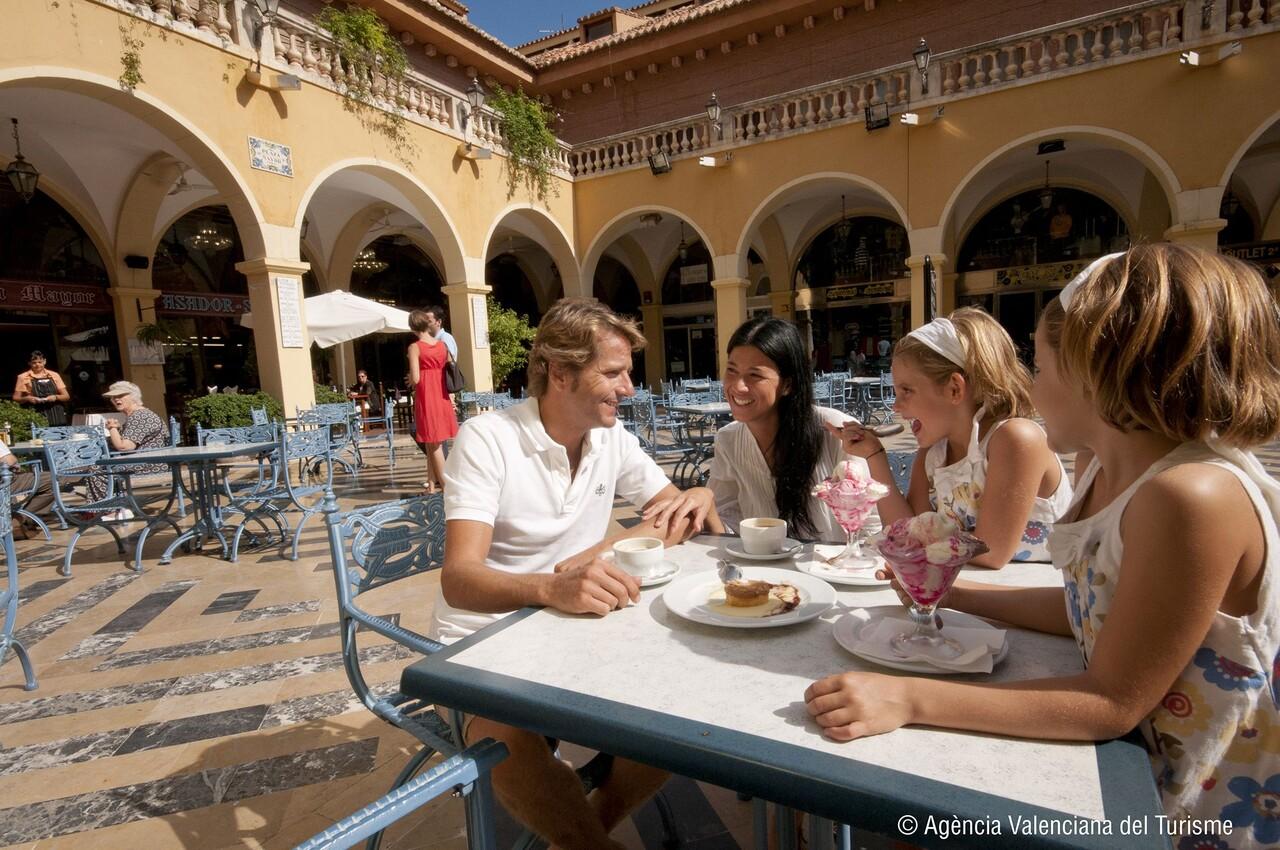 Foto_turistas_plaza_Benidorm