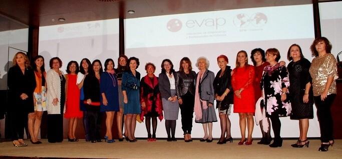 Galardonas y representantes de EDAV junto a la vicepresidenta del Consell, Mónica Oltra, y Empar Martínez, presidenta de EDAV. - copia