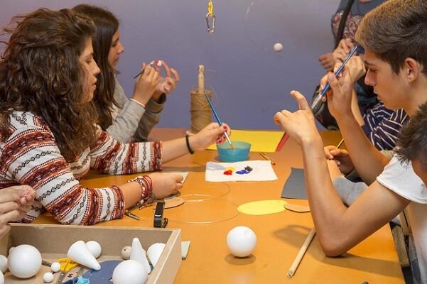 Los escolares construyen su propio móvil de Calder.