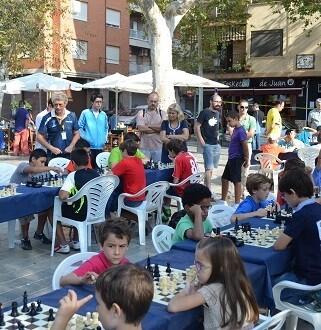 Los jugadores en pleno esfuerzo en la edición anterior en la Plaza de Patraix.