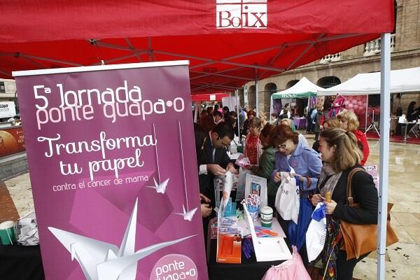Muchas personas contribuyeron en el acto que tuvo lugar junto a la Plaza de Toros. (Foto-Manuel Molines).