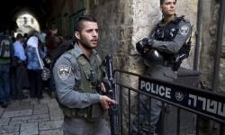 JER03 JERUSALÉN (ISRAEL) 07/10/2015.- Policías fronterizos israelíes trabajan en el lugar del suceso tras un ataque en el que se vio implicada una mujer palestina y un israelí en el casco viejo de Jerusalén (Israel) hoy, 7 de octubre de 2015. Una mujer palestina atacó hoy con un cuchillo a un israelí en la ciudad vieja de Jerusalén, en la misma calle donde el sábado se registró un ataque con dos muertos, informó la policía. La portavoz policial Luba Samri afirmó que la víctima iba armada y consiguió disparar a su atacante, a la que hirió de gravedad. EFE/Abir Sultan