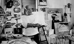 Pablo Picasso en su taller de París.