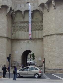Pancarta en las Torres de Serranos de Valencia con el lema #NoalTTIP.