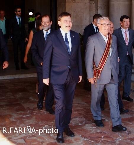 Puig y Ribó a la salida del Ayuntamiento para recibir a la Senyera.