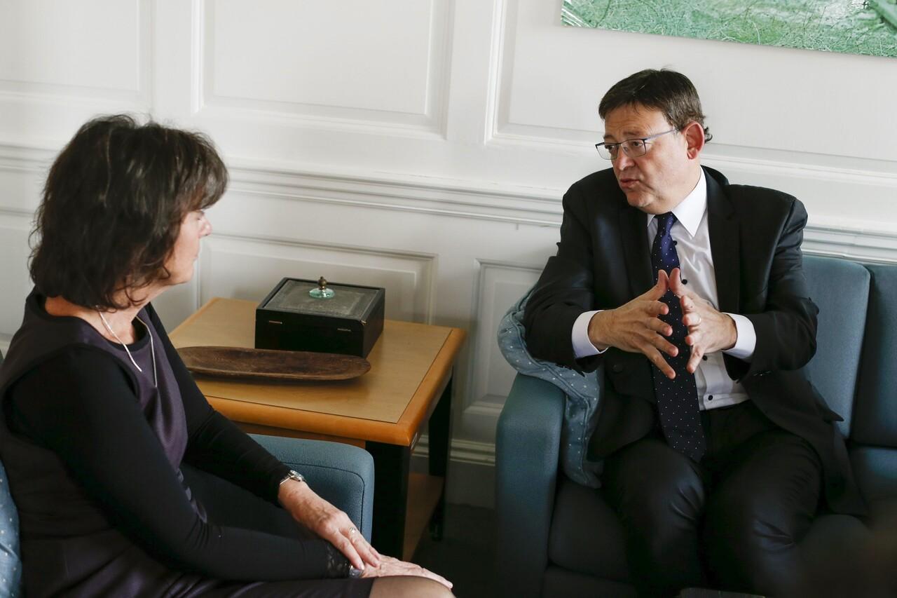 GRA337. NUEVA YORK (EE.UU.), 27/10/2015.- El presidente de la Generalitat, Ximo Puig (d), durante la reunión mantenida con Ninette Kelley, representante de Acnur, hoy en Nueva York (EE.UU.). EFE/KENA BETANCUR