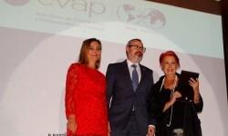Rosa María Calaf en el momento de recibir su galardón de EVAP