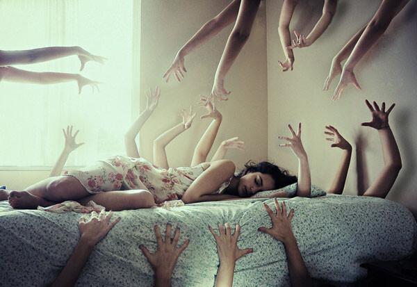Terroríficas pesadillas o parálisis del sueño.