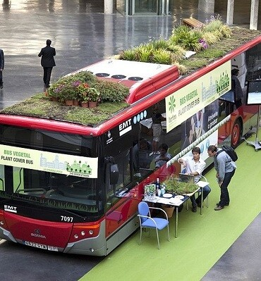 Un autobús de la EMT en una salón de ferias.