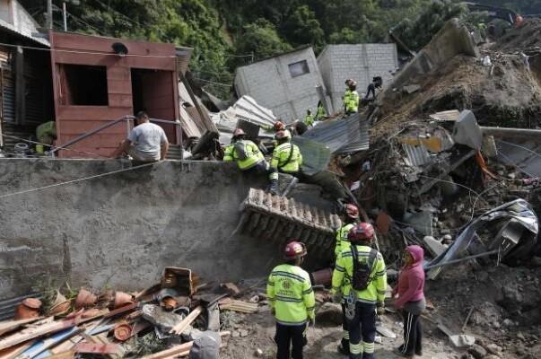 Equipos de rescate y residentes tras un deslizamiento de tierra en Santa Catarina Pinula, en las afueras de la ciudad de Guatemala, el viernes 2 de octubre de 2015. (Foto AP/Moises Castillo)